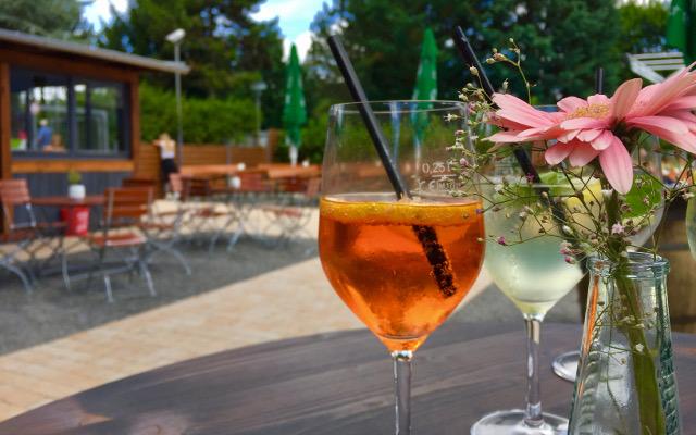 Wir bieten unseren Gästen leckere Getränke wie Aperol Sprizz oder Hugo