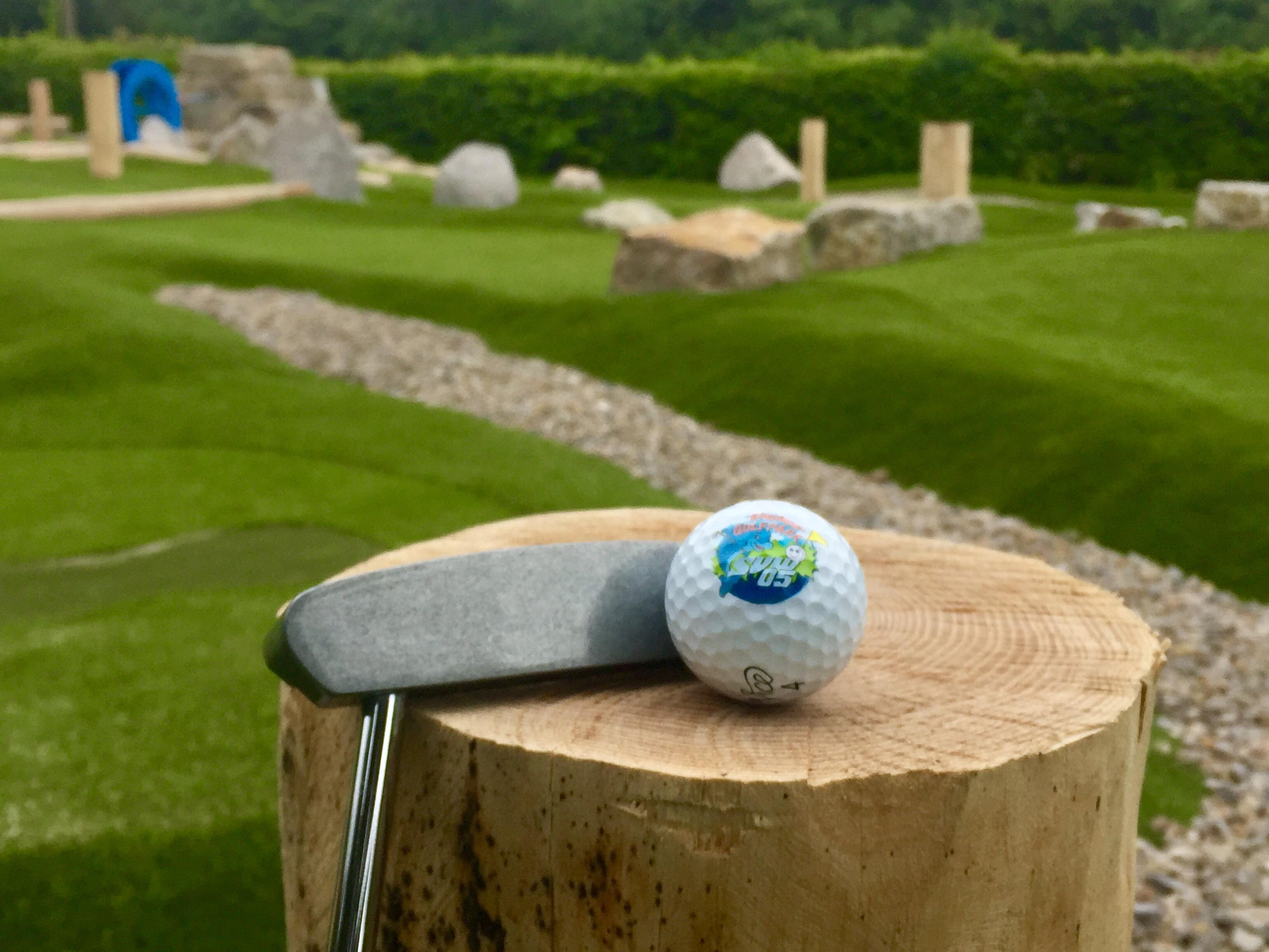 Schläger und Golfball des Abenteuer Golfparks SVW05