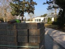 Pflastersteine für den Weg auf der Liegewiese