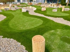Bahnen des Abenteuer Golfparks SVW05 auf der Liegewiese nehmen Gestalt an.