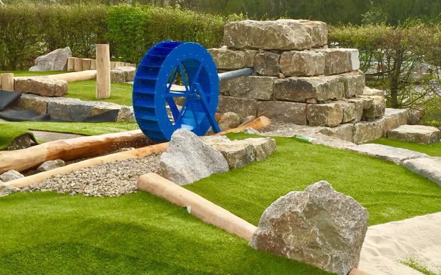 Blaues Rad angetrieben durch Wasser